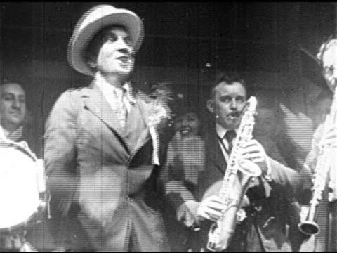 vidéos et rushes de singer al jolson performing outside , senator warren g. harding posing w/ band's tuba, charles evans hughes, sr. on porch next to al jolson. actress... - singer