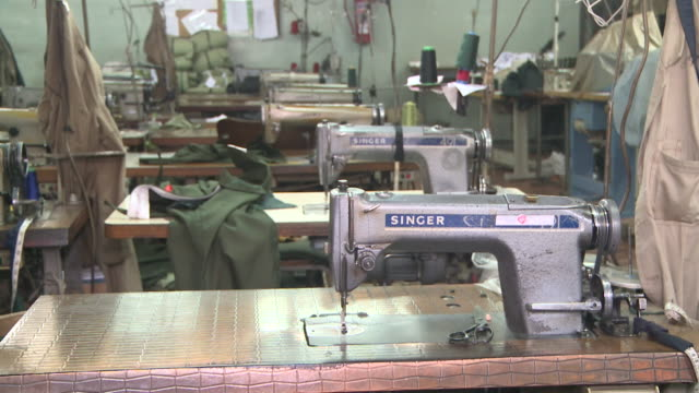 stockvideo's en b-roll-footage met singer and juki sewing machines at city clothing factory in lusaka zambia - kleding