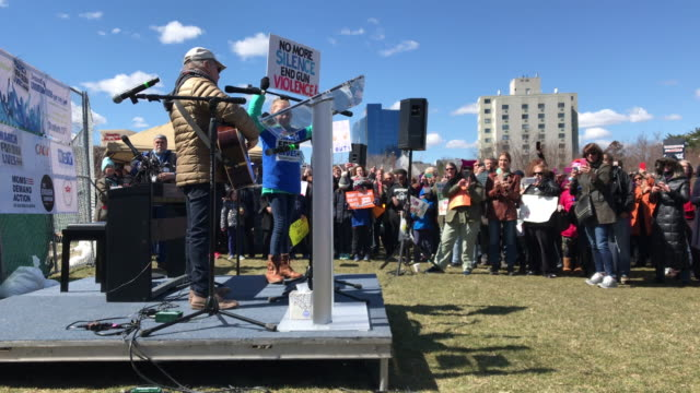 singer and songwriter paul simon sings 'the sound of silence' alongside a student protester during the march for our lives rally on march 24, 2018 in... - låtskrivare bildbanksvideor och videomaterial från bakom kulisserna
