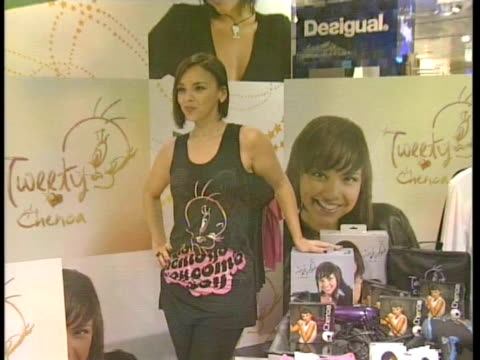 stockvideo's en b-roll-footage met singer chenoa presents a new tweety articles collection. madrid, spain . - artikel