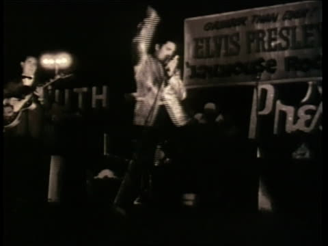 singer elvis presley dances on stage - klassischer rock and roll stock-videos und b-roll-filmmaterial
