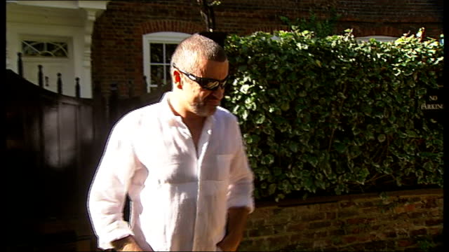 vidéos et rushes de singer george michael released from prison; england: north london: hampstead: ext george michael out of his house to face the press following his... - singer
