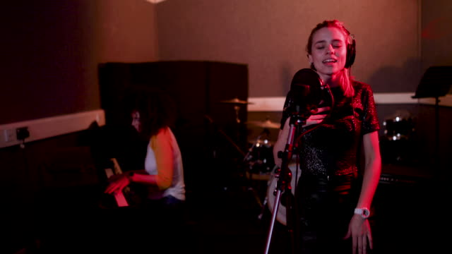 stockvideo's en b-roll-footage met singer in a music recording studio - zanger