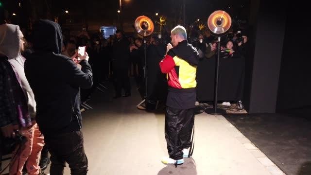 stockvideo's en b-roll-footage met singer j balvin attends the balmain show during paris fashion week menswear f/w 20192020 on january 18 2019 in paris france - herfst winter collectie