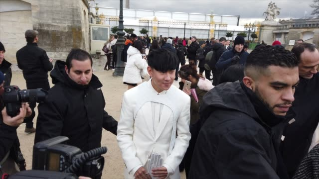 stockvideo's en b-roll-footage met singer jj lin outside louis vuitton during paris fashion week menswear f/w 20192020 on january 17 2019 in paris france - louis vuitton modelabel