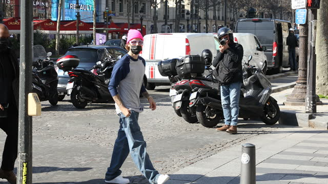 stockvideo's en b-roll-footage met singer justin bieber arrives at the disney store on the avenue des champs-elysees on march 1, 2021 in paris, france. - beroemdheden gespot
