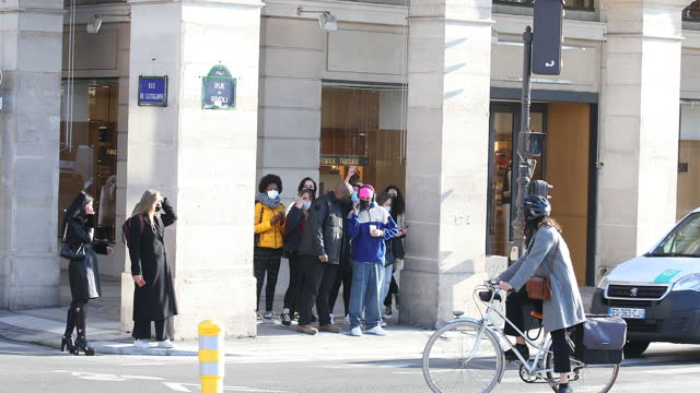 stockvideo's en b-roll-footage met singer justin bieber strolls on march 1, 2021 in paris, france. - beroemdheden gespot