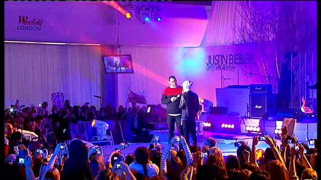 vidéos et rushes de singer justin bieber turns on westfield london christmas lights; england: london: shepherds bush: westfield: int **music heard sot** **beware flash... - reggie yates
