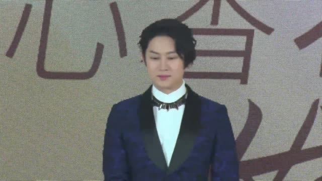 vidéos et rushes de singer kim hee-chul of south korean boy group super junior speaks to the media during his visit to china on october 22, 2018 in shanghai, china. - k pop