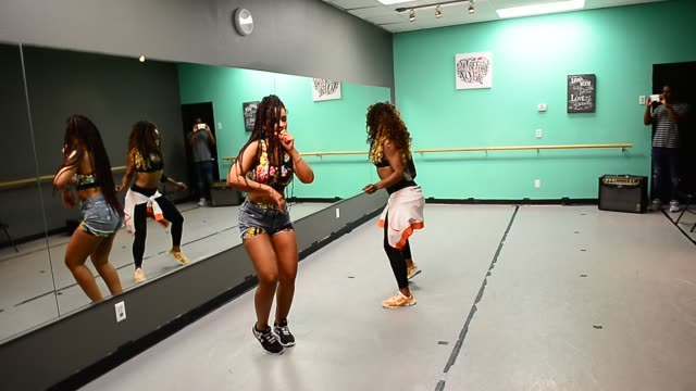 vidéos et rushes de rb singer mya wearing a twopiece outfit by perfect my silhouette takes part in a private dance rehearsal at u4ria dance studio in celebrity sightings... - répétition de spectacle