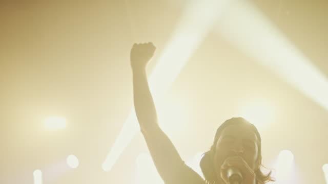vídeos de stock, filmes e b-roll de cantora no palco - música rock