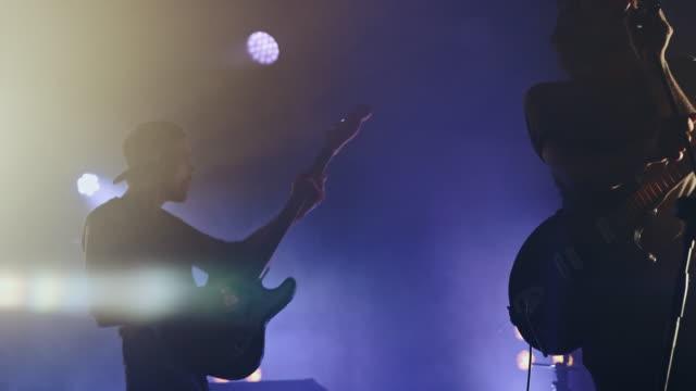 sänger auf der bühne - gitarre stock-videos und b-roll-filmmaterial