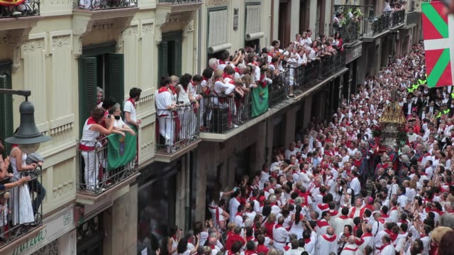 a singer performs a jota a traditional regional music in spain before the figure of san fermin surrounded by silent and respectful crowd during the... - comunidad foral de navarra stock videos and b-roll footage