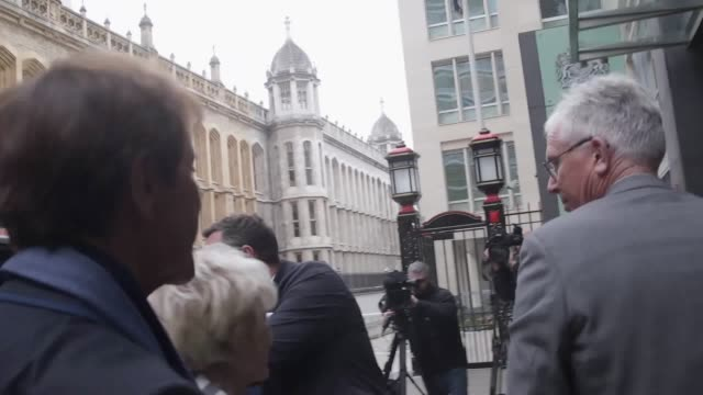 singer sir cliff richard arrives with gloria hunniford at the royal courts of justice for the second day in his high court case against the bbc. - グロリア ハニフォード点の映像素材/bロール