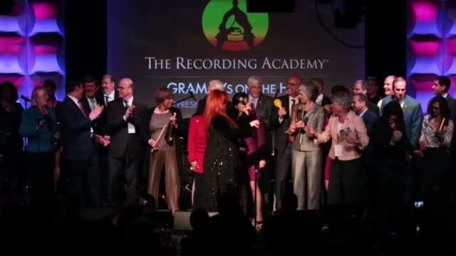 vidéos et rushes de singer wynonna judd invited a guest to the stage to take a selfie with her and he kissed her on the cheeek at the grammys on the hill awards at the... - wynonna judd