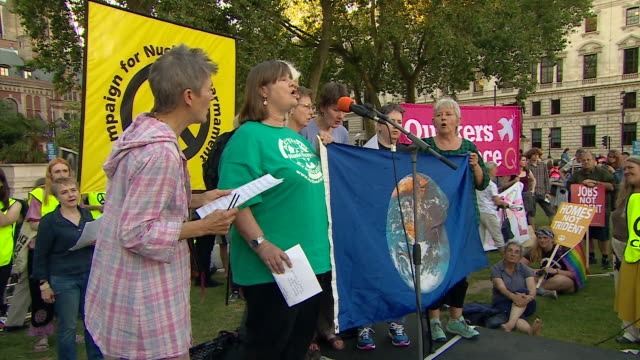 vidéos et rushes de singers singing at an antitrident protest outside the houses of parliament - bombe atomique
