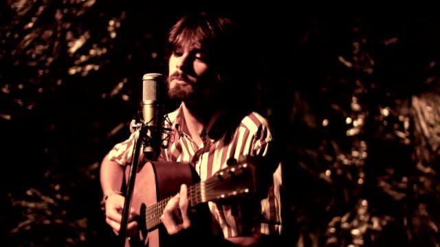 歌と遊ぶ - アコースティックギター点の映像素材/bロール