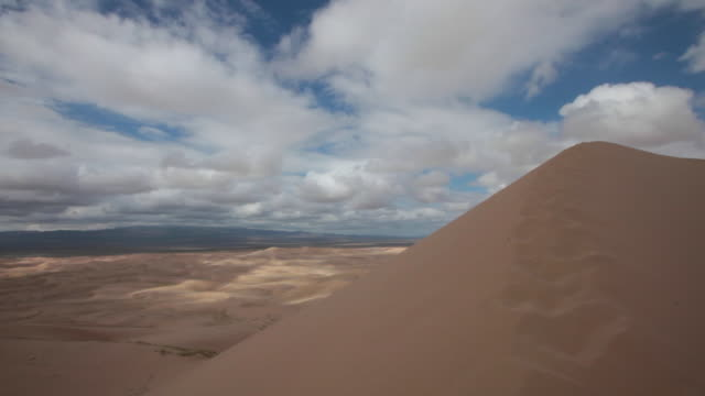 vidéos et rushes de singing dunes (khongoryn els) in gobi desert, mongolia - désert de gobi