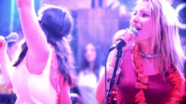 singen in einer band. - wettbewerb unterhaltungsveranstaltung stock-videos und b-roll-filmmaterial