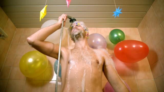 vídeos de stock e filmes b-roll de cantar no chuveiro - homem tomando banho