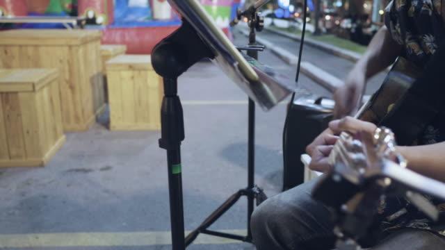 singen auf der straße - musiker stock-videos und b-roll-filmmaterial
