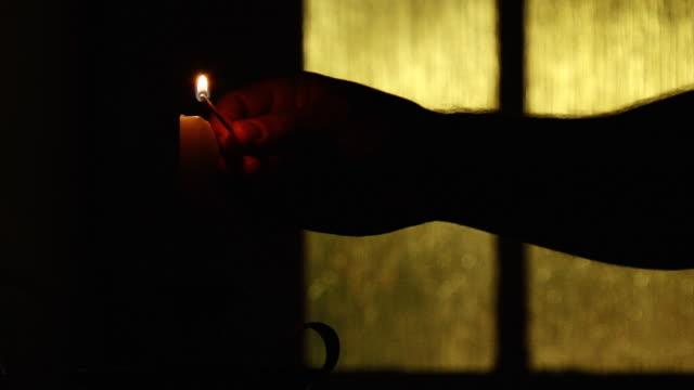 vídeos de stock, filmes e b-roll de único à luz de velas e levada (hd 1080 p - cruz objeto religioso