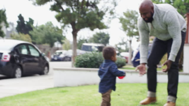 vidéos et rushes de single dad and son playing outside in the yard - afro américain