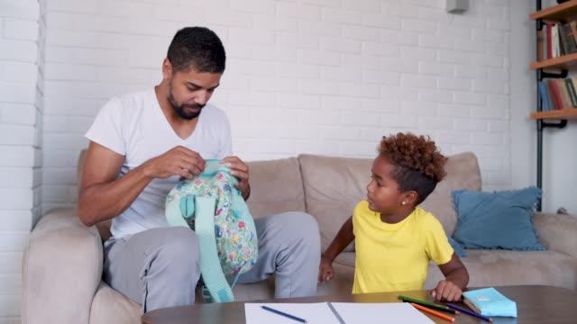 vidéos et rushes de père célibataire aide sa fille à se préparer pour l'école - genderblend