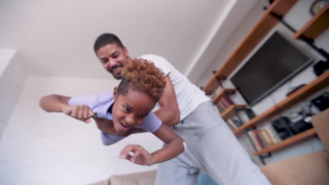 vidéos et rushes de père célibataire jouant avec sa fille - genderblend