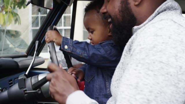 vídeos de stock, filmes e b-roll de single dad playing with son in his vintage car - caminhão