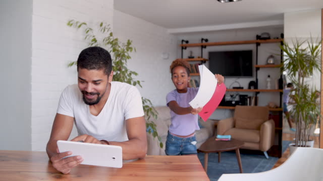 alleinerziehender vater tochter hausaufgaben zu helfen - single father stock-videos und b-roll-filmmaterial