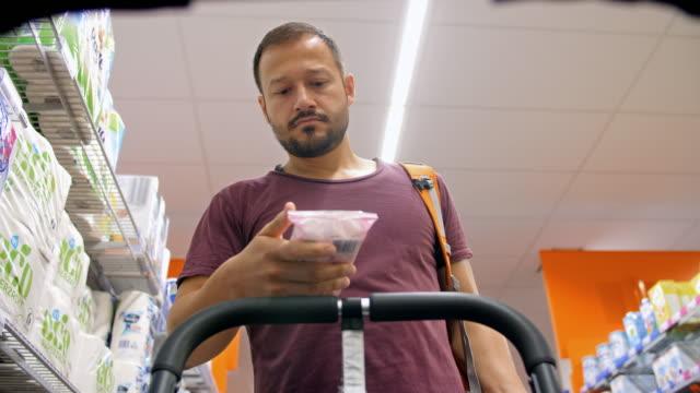 4K: Single father in supermarket from stroller POV