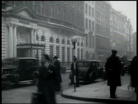 vídeos de stock e filmes b-roll de single globes mounted on black white poles on various busy corners in london - 1935