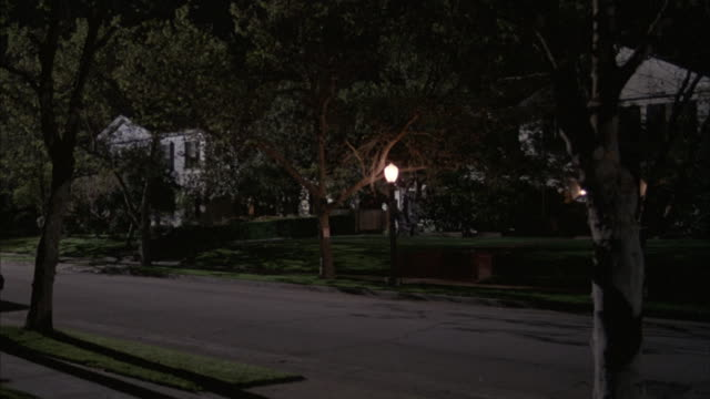 a single lamppost illuminates a suburban california neighborhood. - stereotypically upper class stock videos & royalty-free footage