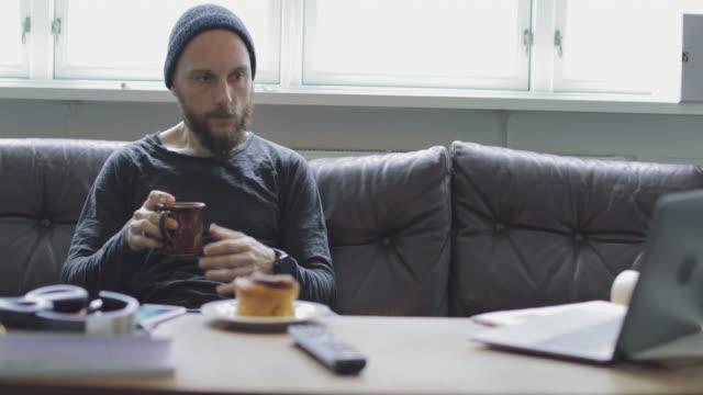 single man at home, everyday life - prima colazione video stock e b–roll
