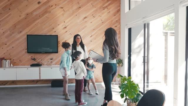 single mom shops für neues zuhause während covid-19 - single mother stock-videos und b-roll-filmmaterial
