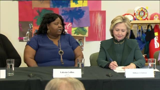 stockvideo's en b-roll-footage met single mother talks to hillary clinton at the ellis early learning center on may 20 2015 in chicago illinois - amerikaanse presidentsverkiezingen