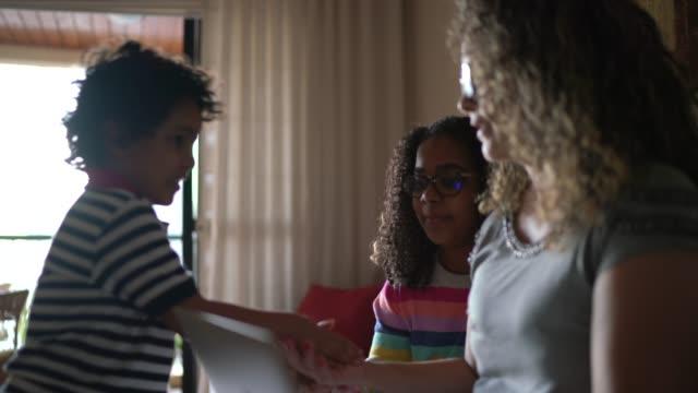 vídeos y material grabado en eventos de stock de madre soltera tratando de trabajar en casa, niños jugando - adversidad
