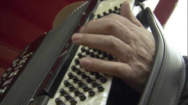 vídeos y material grabado en eventos de stock de cu single musician playing piano accordion while seated in gondola - acordeonista