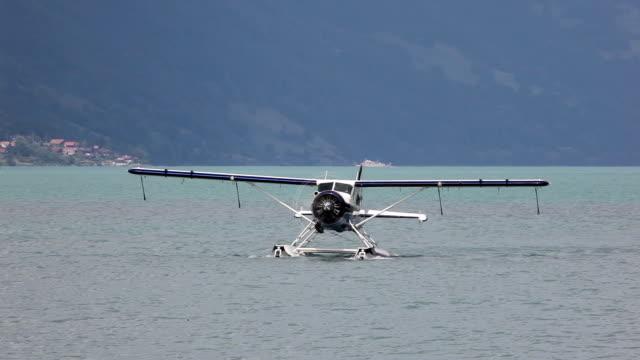 Unico concetto aeroplano galleggiante sul lago taxi prima di prendere il volo