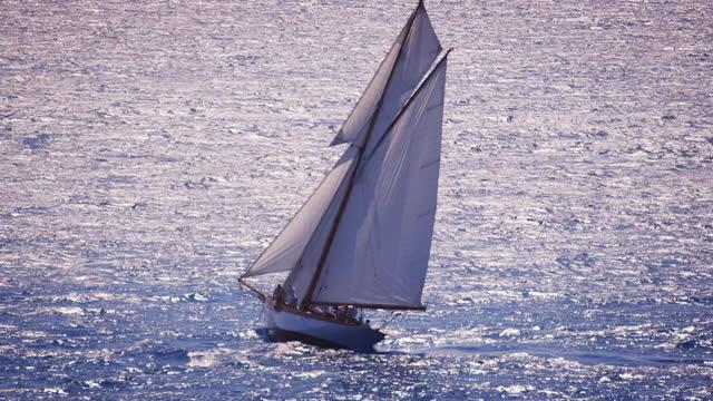 single sailboats on shimmering water - frankreich stock-videos und b-roll-filmmaterial