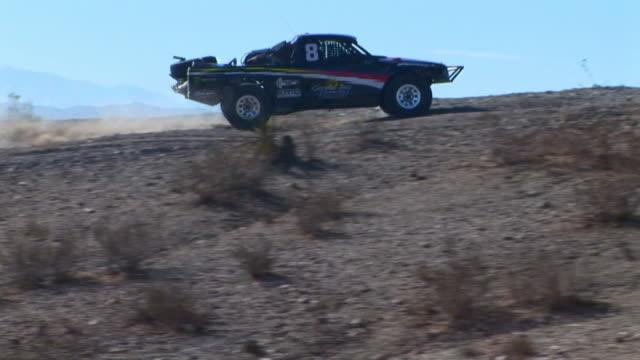ms ts single seat off-road trophy truck riding through desert, barstow, california, usa - gara off road video stock e b–roll