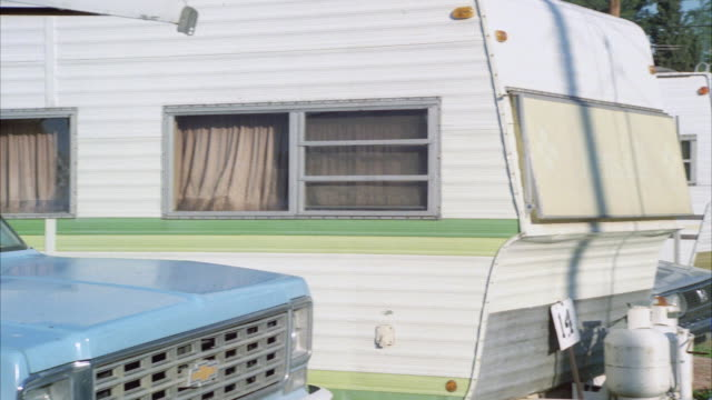 stockvideo's en b-roll-footage met pan ms single wide trailers in trailer park - aanhangwagen