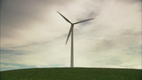 vídeos de stock, filmes e b-roll de ws la single wind turbine against overcast sky, huitengxile, inner mongolia, china - um único objeto