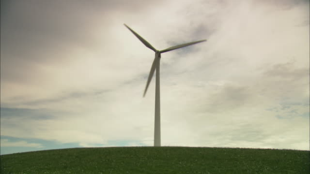 stockvideo's en b-roll-footage met ws la single wind turbine against overcast sky, huitengxile, inner mongolia, china - enkel object