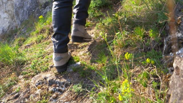 Single-Frau Wandern auf Bergweg