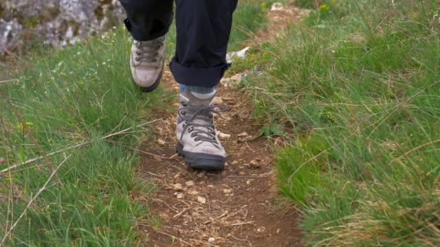 Alleenstaande vrouw wandelen op hoogteweg