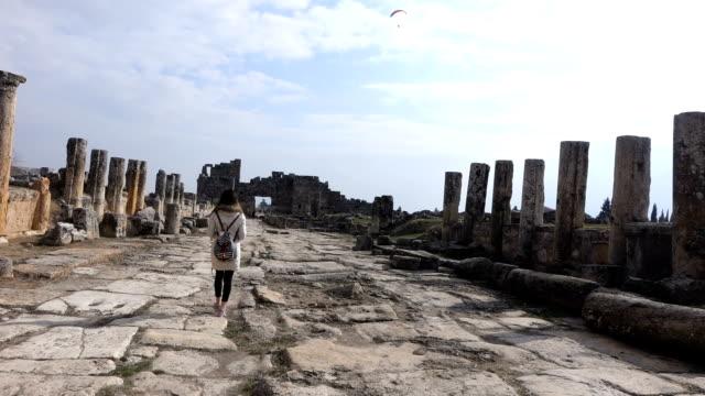 single-frau ist fuß innerhalb der hierapolis - athens greece stock-videos und b-roll-filmmaterial