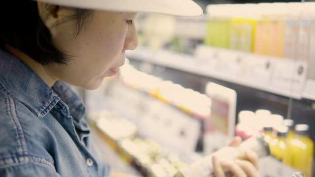 独身女性のショッピング - 商品点の映像素材/bロール