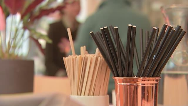 single-use plastics to be banned from april 2020; england: london: int reporter to camera sot paper straws in cup on table in cafe ext sam... - slit och släng bildbanksvideor och videomaterial från bakom kulisserna